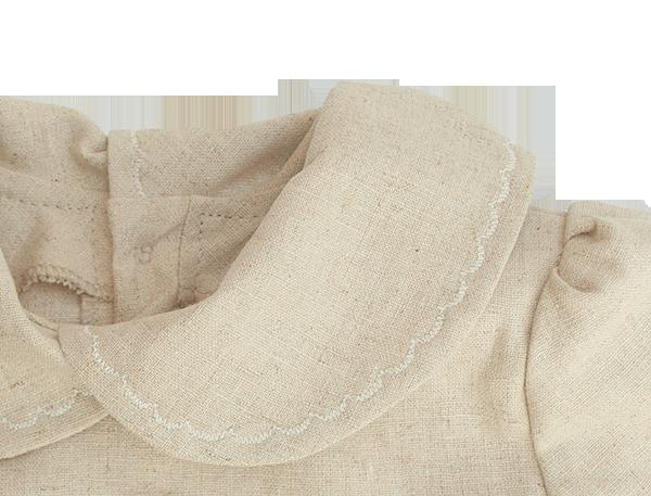 Minimundus dopklänning av oblekt naturtyg lin/bomull detalj kragen