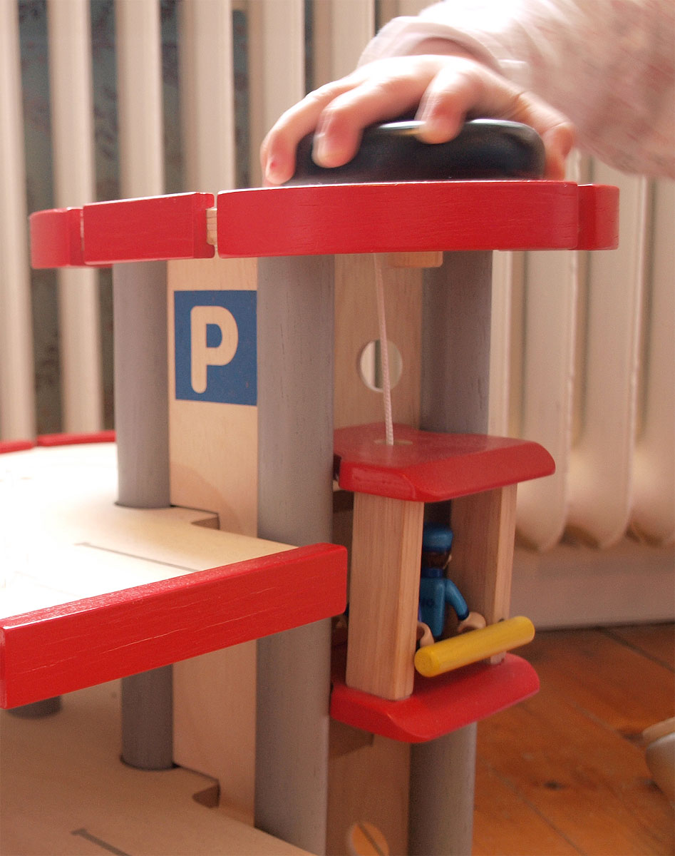 Parkeringsgarage av gummiträ PlanToys