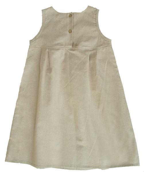 Ärmlös klänning av oblekt naturtyg lin bomull oblekt