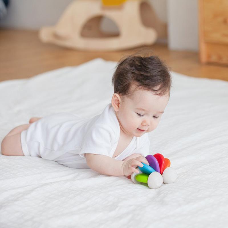 Babybil av gummiträ PlanToys glada färger