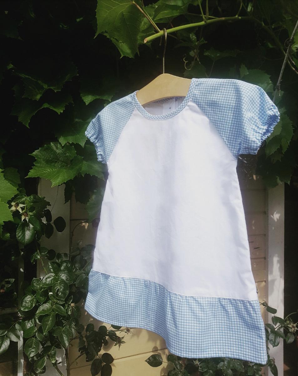 Minimundus klänning med puffärm 100% ekologisk bomull vit/blårutig