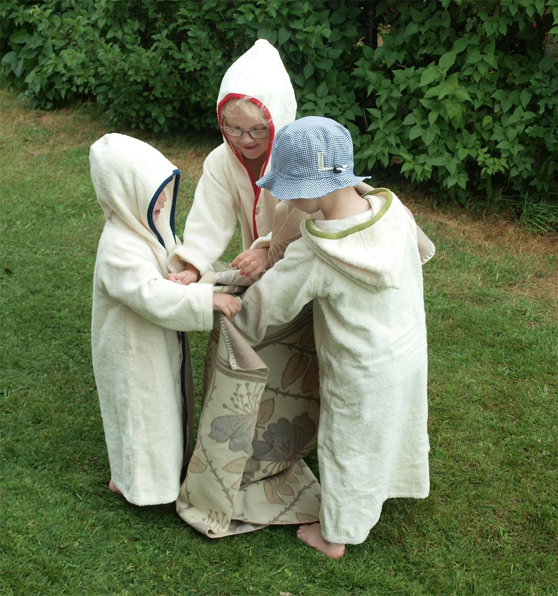 Minimundus badkappa badrock av 100% ekologisk bomullfrotté med kant av ekologisk bomul