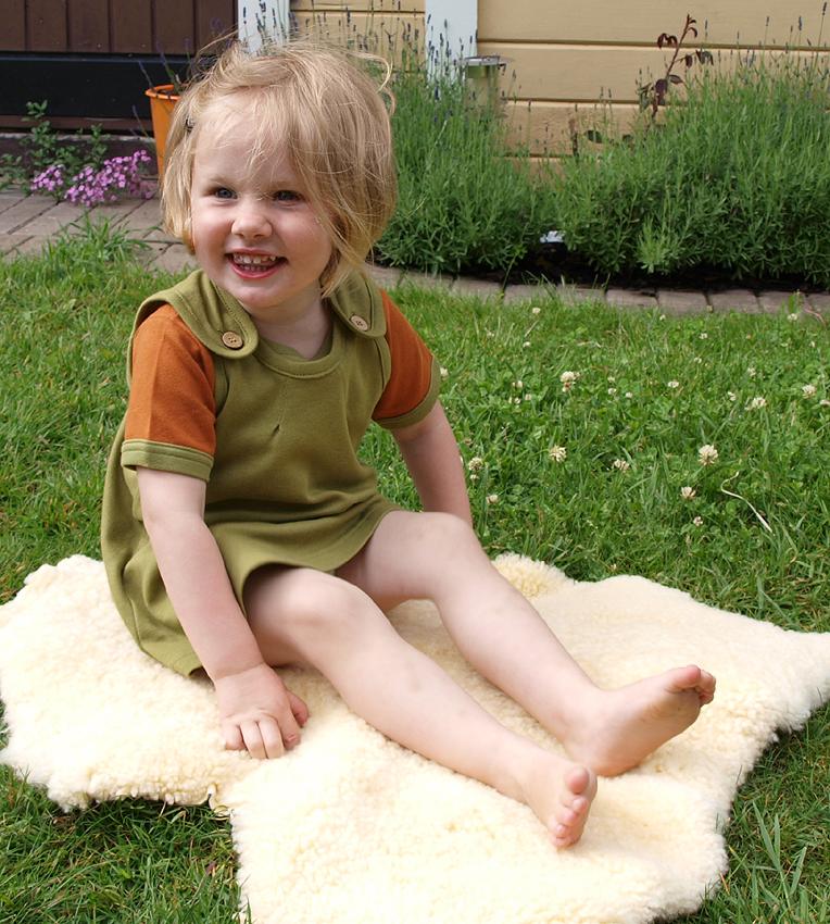 Tim&Teja hängselklänning 100% ekologisk bomull ekologiskt färgad grön