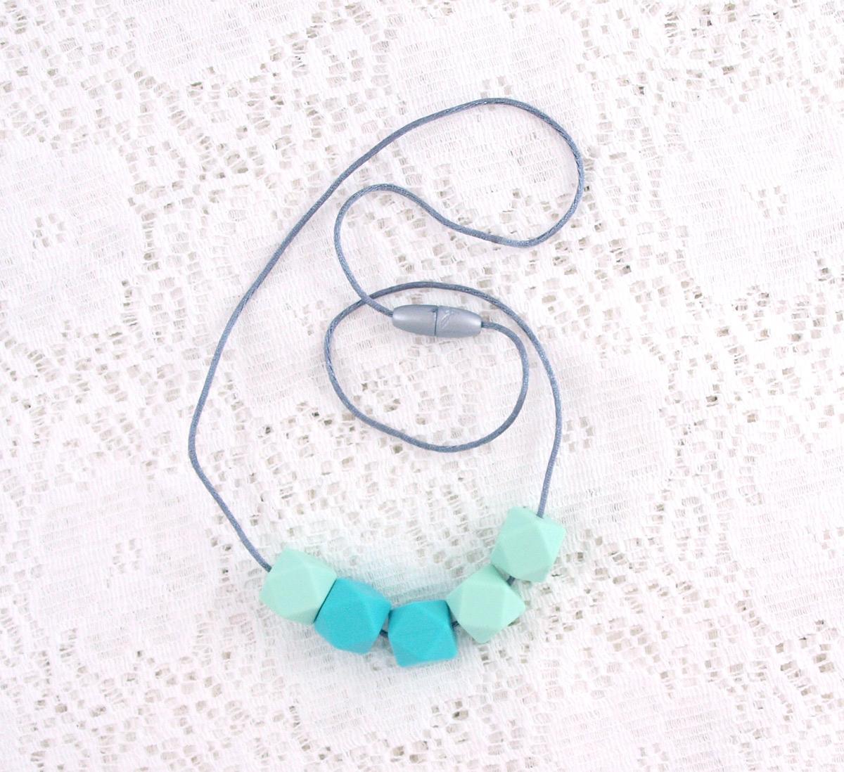Amnings- och bärhalsband av livsmedelsgodkänd silikon By Pinja turquoises